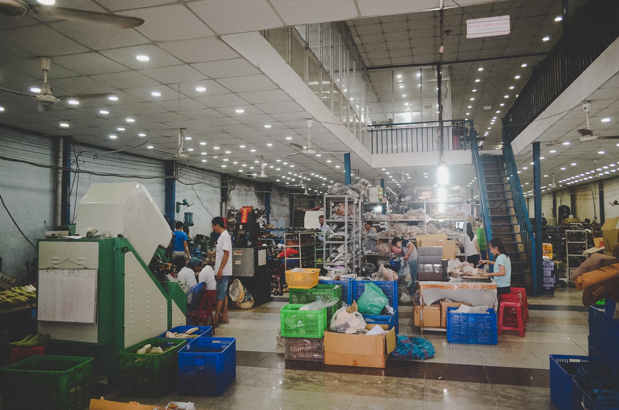 Nơi robot không thay thế được con người: 150 nhân công, 300 đôi giày thủ công cao cấp mỗi ngày và ước mơ khởi nghiệp của doanh nhân Miền Tây sinh năm 1976 - Ảnh 1.