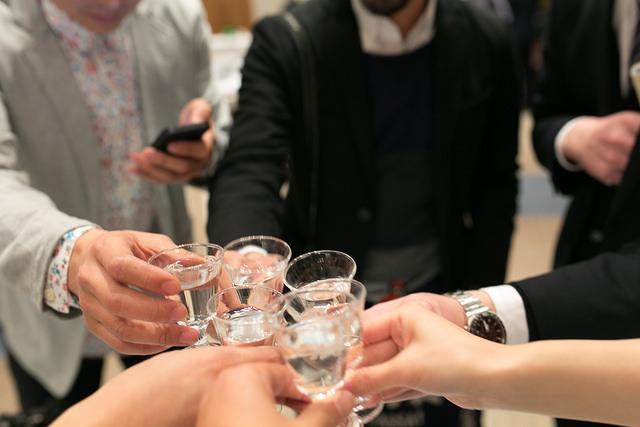 Họ không uống 1,2 chén cho ấm bụng, đỏ mặt. Người Nhật uống tới khi nào gục thì mới thôi (đa phần là thế).