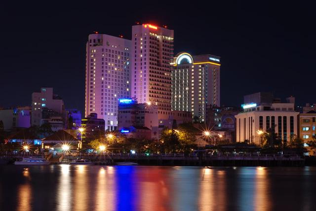Sở hữu nhiều khách sạn 5 sao nhất cả nước, Saigontourist đều đặn lãi nghìn tỷ mỗi năm - Ảnh 1.