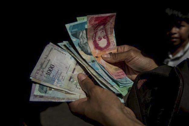 Cuộc đua sinh tồn ở Venezuela: Thực phẩm, thuốc men khan hiếm, mua 1 tách cà phê hay gọi taxi cũng chẳng khác vật lộn trên chiến trường - Ảnh 1.
