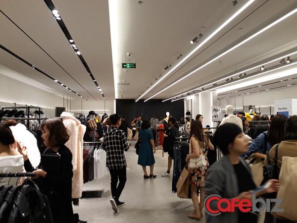 Chỉ mở cửa cho khách mời, cửa hàng Zara rất đông, đặc biệt trong khung giờ cao điểm 9h - 10h tối.
