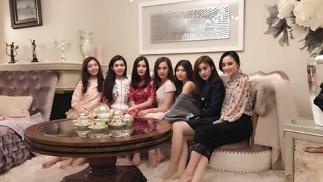 Trinh Hoàng còn có hội bạn thân toàn những tiểu thư con nhà giàu danh giá.