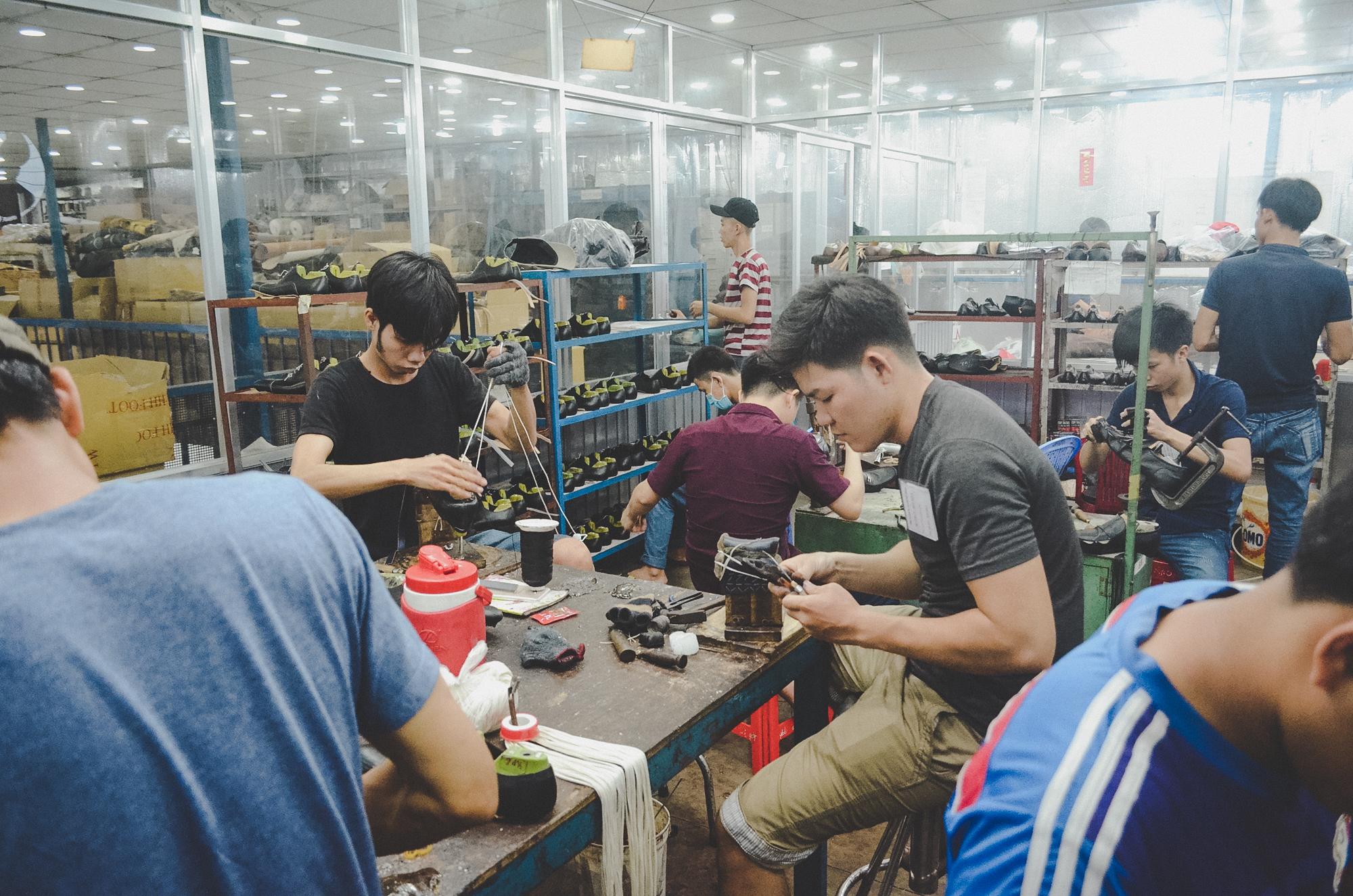 Nơi robot không thay thế được con người: 150 nhân công, 300 đôi giày thủ công cao cấp mỗi ngày và ước mơ khởi nghiệp của doanh nhân Miền Tây sinh năm 1976 - Ảnh 3.