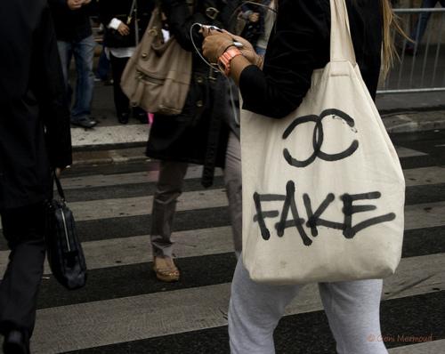 Vì sao người ta sẵn sàng chi hàng tỷ đồng để mua hàng cao cấp như túi Hermes? - Ảnh 1.