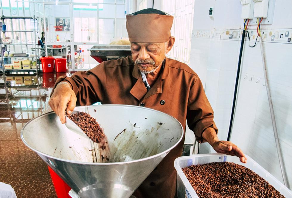 Ông già miền Tây khởi nghiệp tuổi 65: Tôi là người Việt Nam, tôi cũng biết làm socola, mà tại sao để mất vinh dự - Ảnh 10.