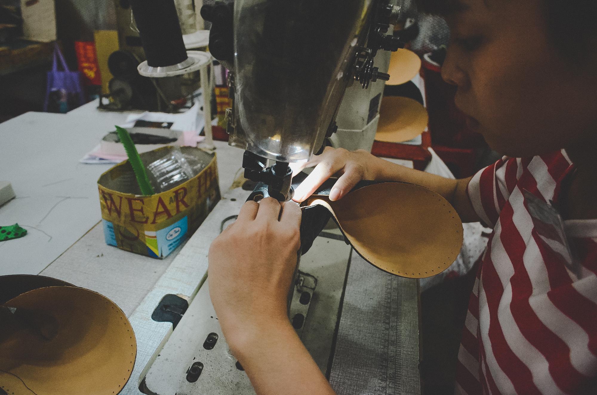 Nơi robot không thay thế được con người: 150 nhân công, 300 đôi giày thủ công cao cấp mỗi ngày và ước mơ khởi nghiệp của doanh nhân Miền Tây sinh năm 1976 - Ảnh 7.