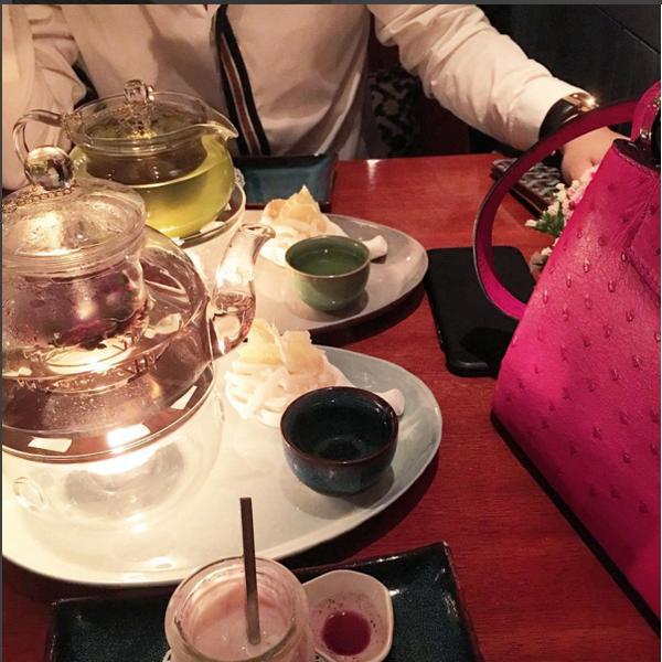 Trên tài khoản Instargram của cô nàng lúc nào cũng có những hình ảnh lung linh của các chuyến du lịch khắp nơi trên thế giới, check in nhiều địa điểm sang chảnh, các món ăn đẳng cấp và đặc biệt là những món đồ hàng hiệu giá trị khiến phái đẹp ngưỡng mộ xuýt xoa.