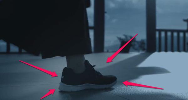 Hình ảnh đôi giầy Bitis Hunter ấn tượng, lạ lẫm trong MV Lạc Trôi của Sơn Tùng M-TP.