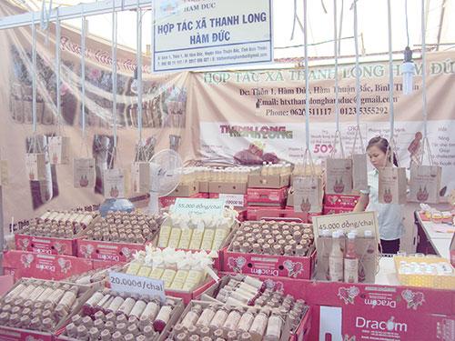 Gian hàng rượu thanh long của HTX. Ảnh: Báo Bình Thuận.