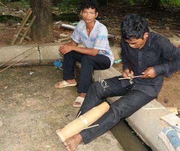 Người dân Raglai sản xuất đàn Chapi. Ảnh: BSA