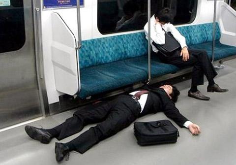 Không phải bất kì người nào gục trên tàu điện tại Nhật cũng là mệt mỏi sau giờ làm, họ say quá đấy thôi.