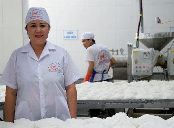 Từ hái hạt điều, cấy lúa thuê... đến bán thịt heo, người phụ nữ này hiện sở hữu thương hiệu 100 tỷ nhờ sợi bún - Ảnh 4.