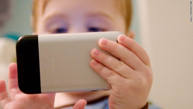 Tiếp cận với các thiết bị di động từ khi còn nhỏ tuổi sẽ ảnh hưởng rất nhiều tới sự phát triển của trẻ sau này.
