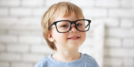 Nhiều trẻ bị cận thị từ khi tuổi còn rất nhỏ.