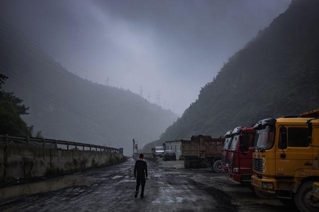 Con đường xuyên núi dẫn vào các mỏ bitcoin ở Tứ Xuyên.