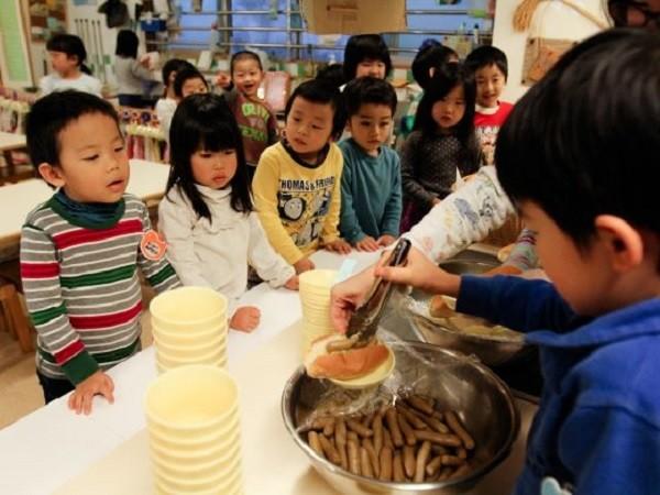 Nhìn cách trẻ em Nhật Bản sang đường, cha mẹ Việt Nam học được điều gì? - Ảnh 4.