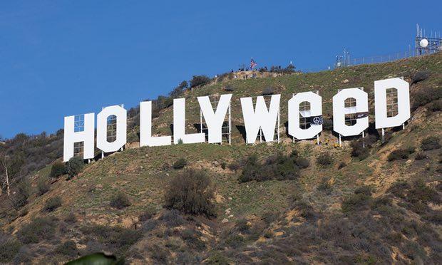 Tấm biển bị kẻ nào đó phá hoại thành dòng chữ Hollyweed.
