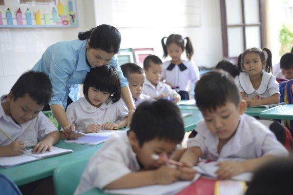 Trung tâm hiện đang dạy cho hơn 200 em từ lớp mẫu giáo đến lớp 5. Các bé mẫu giáo cũng được trung tâm hỗ trợ đồng phục tươm tất như các anh chị lớn.