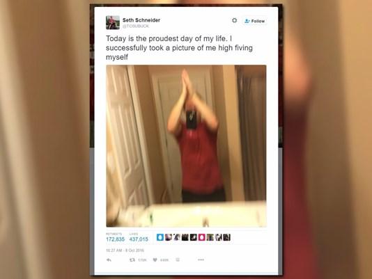 Đây là tấm hình khởi xướng trào lưu Selfie High-Five Challenge.