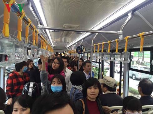 Nhiều người chọn phương tiện buýt nhanh BRT để trải nghiệm.