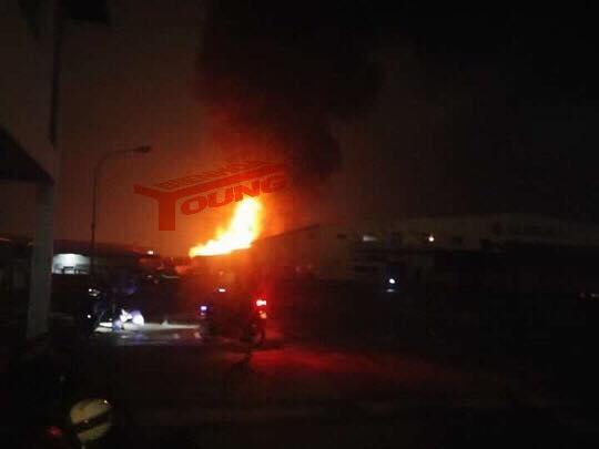 Nhà kho công ty Suzuki cháy rụi trong đêm - Ảnh 1.