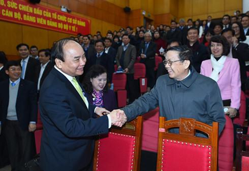 Thủ tướng Nguyễn Xuân Phúc bắt tay các đại biểu dự Hội nghị trực tuyến triển khai nhiệm vụ năm 2017 của Bộ Y tế.