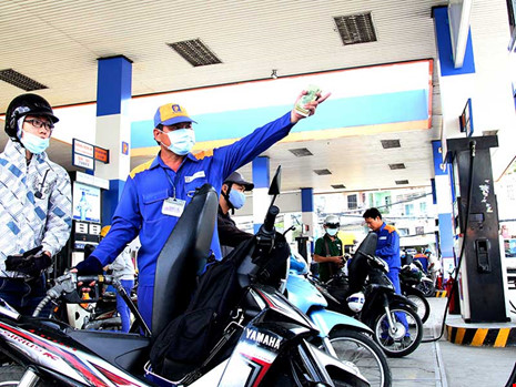 Người dân yêu cầu thuế BVMT phải được sử dụng đúng mục đích. Trong ảnh: Người dân đổ xăng tại một cây xăng trên đường Lý Thường Kiệt, quận Tân Bình, TP.HCM. Ảnh: HOÀNG GIANG