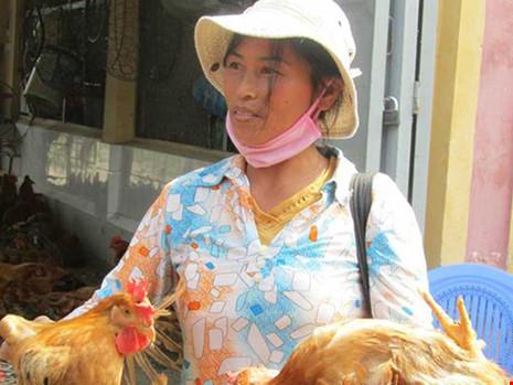 Cần giám sát chặt việc nhập lậu gia cầm qua đường biên giới. Trong ảnh: Gà Trung Quốc bán tại Lạng Sơn. Ảnh: TRẦN HIẾU
