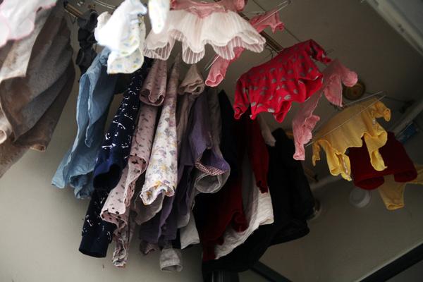 Dù ở chung cư cao, thoáng nhưng nhiều gia đình cũng phát cáu vì quần áo không khô.