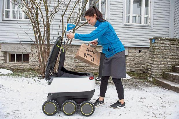 Một phụ nữ dửi hàng chuyển phát cho robot chống va đập và tự động dừng khi có đèn đỏ giao thông tại Estonia