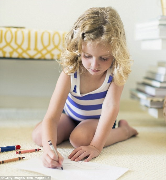 Rất nhiều ý kiến trái chiều xung quanh việc tư thế ngồi chữ 'W' có gây nguy hiểm cho trẻ hay không. Ảnh: Getty Images/Tetra Images RF.