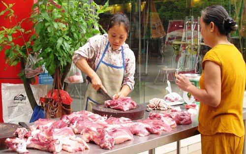 Giá thịt lợn xuống thấp do cuộc khủng hoảng thừa (ảnh: VietNamNet)