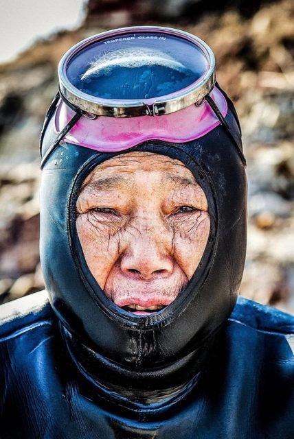 Một haenyo lớn tuổi tại Jeju, đa phần haenyo ngày nay đều có độ tuổi trên 50.