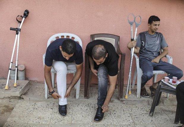Câu chuyện tình bạn cảm động: 2 người đàn ông cụt chân và đi chung với nhau 1 đôi giày - Ảnh 1.
