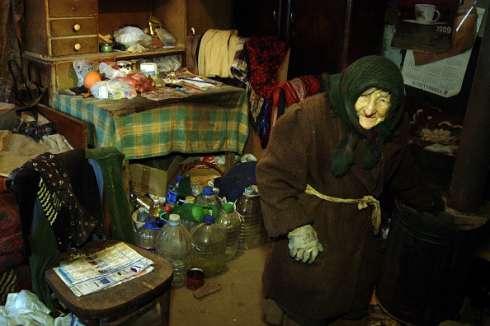 Cụ bà Marija, 86 tuổi, trong căn nhà tồi tàn của mình ở Serbia.