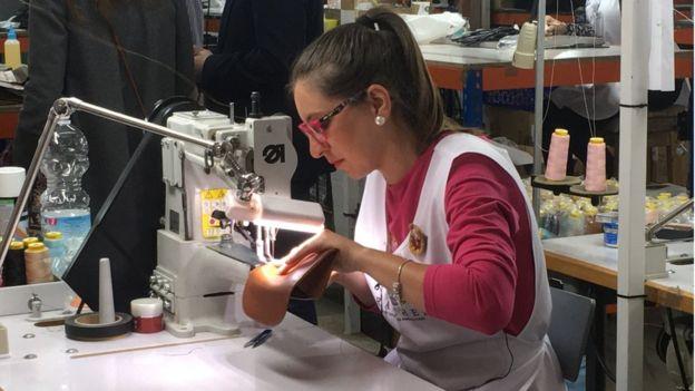 Bí mật về thị trấn hẻo lánh chuyên sản xuất đồ da cho Louis Vuitton, Gucci, Hermes, Chanel - Ảnh 1.