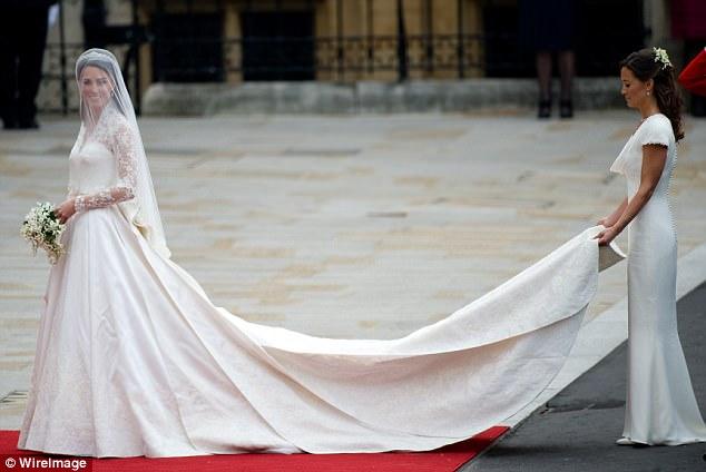 Bộ váy cưới của công nương Kate Middleton được đánh giá là một trong những thiết kế của thế kỷ vì sự đơn giản và tinh tế. Sản phẩm này do giám đốc sáng tạo của hãng Alexander McQueen là Sarah Burton thực hiện. Trang phục lấy cảm hứng từ áo nịt hông khi xưa của hoàng gia Anh và sử dụng kỹ thuật thêu ren đặc biệt giúp cho chất liệu bền lâu theo thời gian. Mẫu váy này có giá 400.000 USD (khoảng 8,7 tỷ đồng).