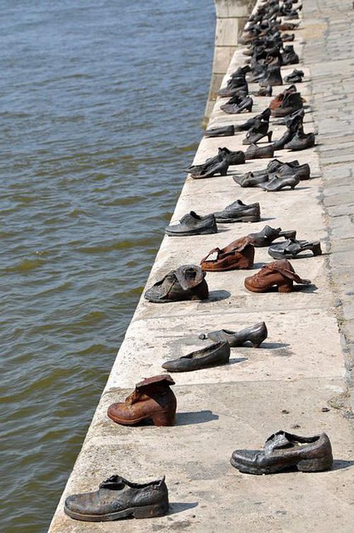 Nhìn thấy hơn 60 đôi giày bên dòng sông Danube ở Hungary, nhiều người bật khóc khi biết câu chuyện ám ảnh phía sau - Ảnh 1.