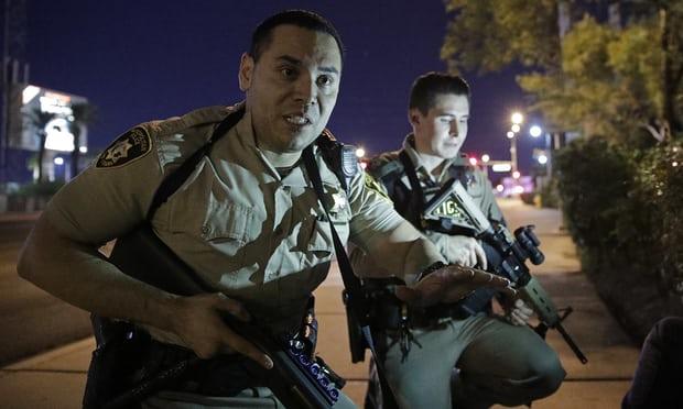 Cảnh sát Las Vegas đã khuyến cáo người dân trú ẩn sau khi nhận được tin xuất hiện một kẻ xả súng gây thương vong hàng loạt. Ảnh: AP
