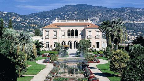 Tòa nhà được sơn theo phong cách của vương quốc Sardinia, nơi cai trị vùng Saint-Jean-Cap-Ferrat cho đến năm 1860