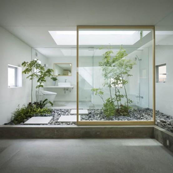 Nhờ có mảnh vườn nhỏ ngay trong nhà mà con người có thể tận hưởng cuộc sống xanh mát và bầu không khí trong lành.