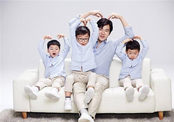 Ba cậu con trai sinh ba của bố Song Il Gook.
