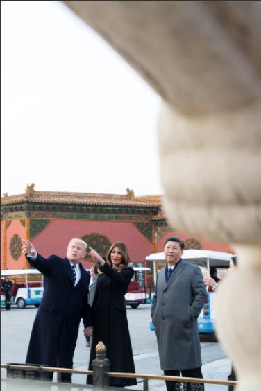 Những giờ đầu tiên của ông Trump ở TQ: Ăn tối và xem kinh kịch ở Tử Cấm Thành, cho ông Tập xem video cháu ngoại hát tiếng Trung - Ảnh 1.