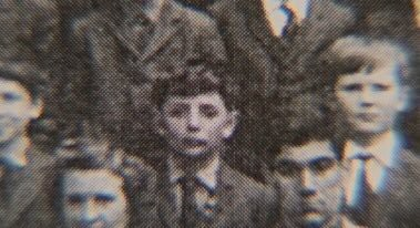 Rowan Atkinson thời thơ ấu (giữa)