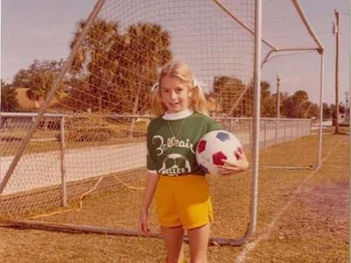 Bà Blakely hồi bé đã thích chơi đá bóng và có tính cách mạnh mẽ.