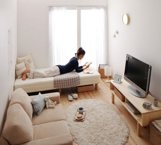 Một phòng thuê kiểu mẫu cho sinh viên với diện tích rất nhỏ. Tuy vậy bạn vẫn có thể thắp sáng nơi ở của mình bằng những món nội thất màu trung tính nhỏ gọn. Nếu không có điều kiện để sắm sofa, bạn có thể thay bằng những chiếc ghế gỗ, thêm một chiếc bàn để học và làm việc.