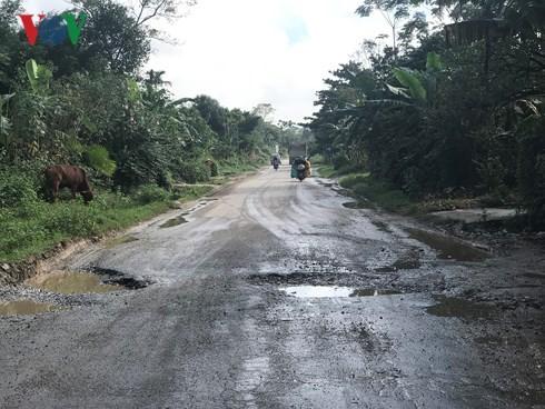 Người dân xã Sơn Diệm bức xúc vì tình trạng ổ gà, ổ voi nhiều khiến phương tiện tham gia giao thông vô cùng khó khăn. Tình trạng xe cộ chen lấn nhau, tai nạn giao thông thường xuyên xảy ra.