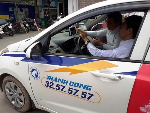 Taxi Thành Công cho biết, với phần mềm APP có thể cho phép khách hàng biết tiền trước khi lên xe, không cần cần smartphone: Ảnh TX