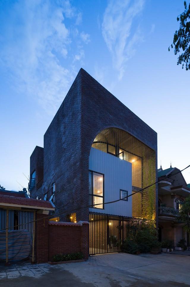Ngôi nhà thu hút mọi ánh nhìn bởi hình dáng lạ mắt cùng lối thiết kế độc đáo không giống với bất kỳ ngôi nhà nào trong khu phố.