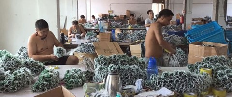 Ngay từ mùa hè, các công nhân tại Ngôi làng Giáng sinh thuộc thành phố Nghĩa Ô đã tất bận hoàn thành các đơn hàng từ nước ngoài.